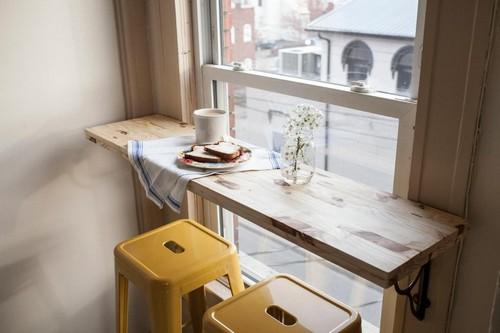барная стойка у окна, прикрепленная к стене