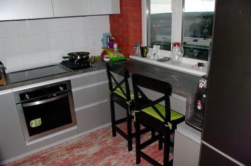 барная стойка на кухне у окна