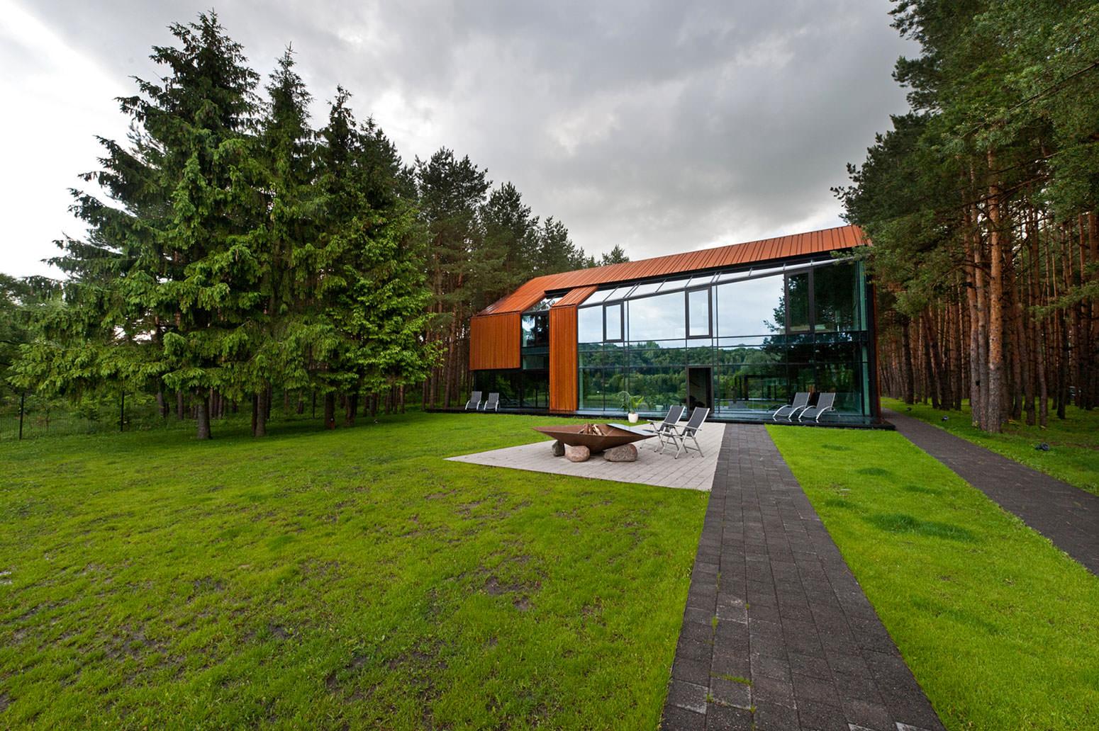 красивый дом с панорамными окнами