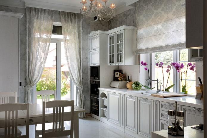 шторы с подхватами на балконном проеме в кухне