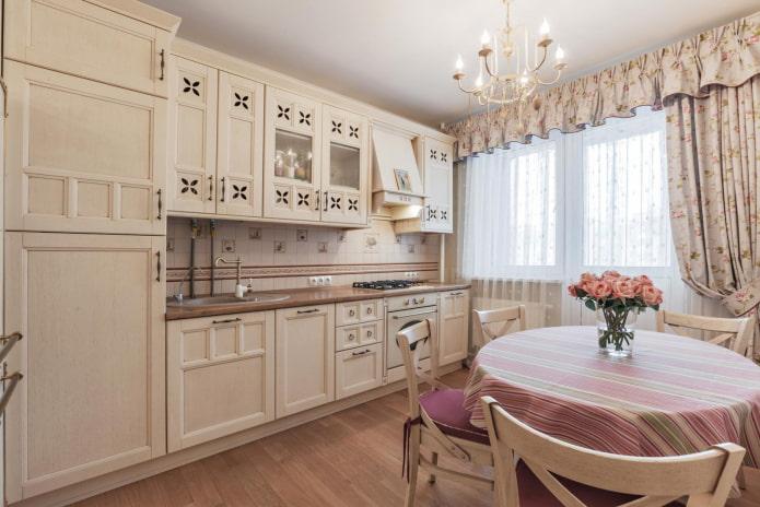 балконный проем со шторами на кухне в стиле прованс