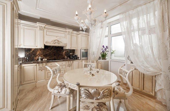 узорчатые гардины на балконном проеме в кухне