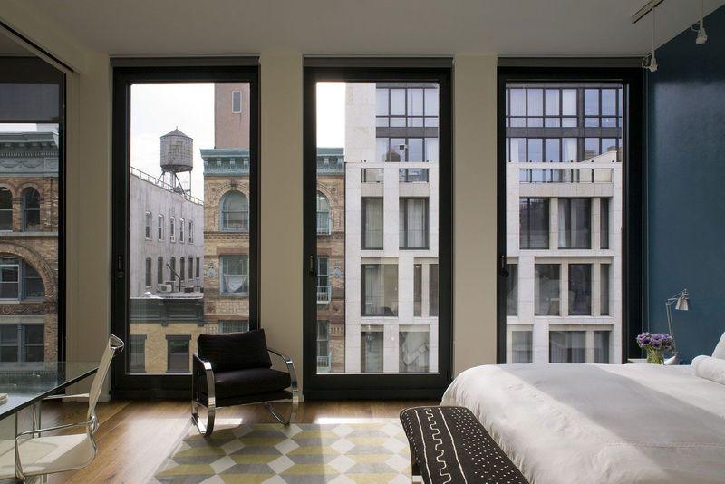 Фото: в моду входят открытые большие окна без штор и тюля