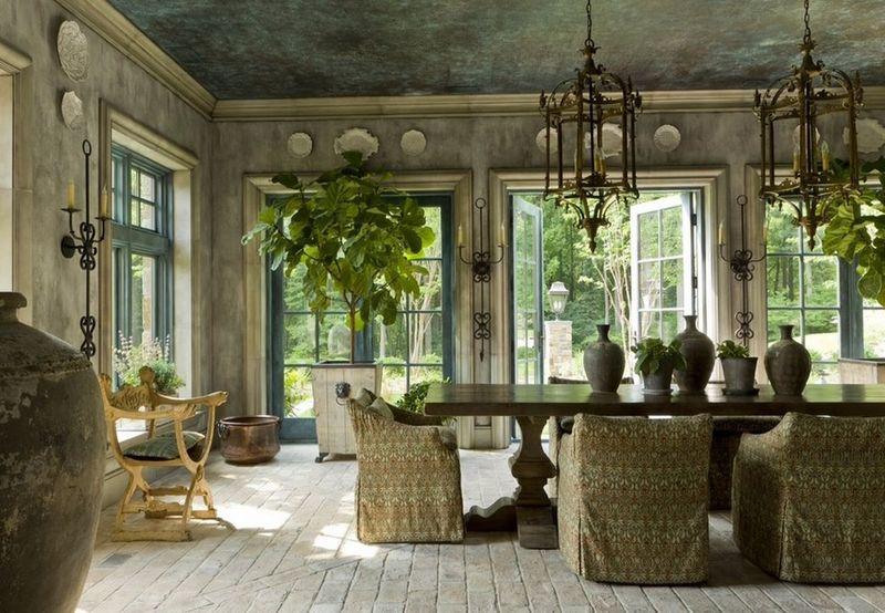 Фото: окна в средиземноморском стиле прекрасно сочетаются с серебряными ручками