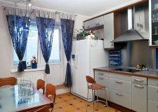 Шторы на кухню с балконом: ищем подходящие варианты