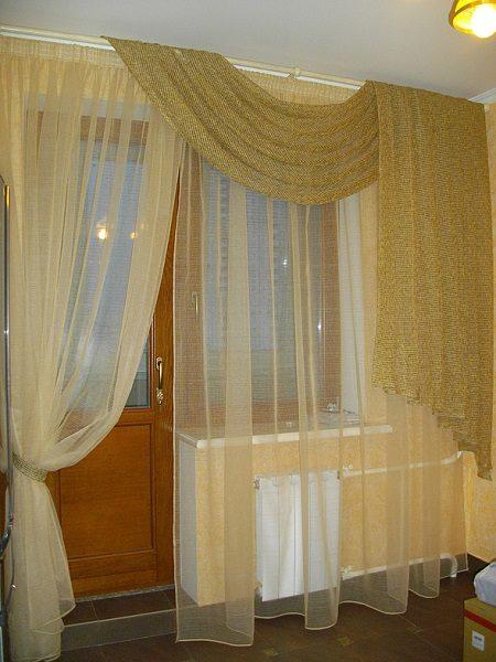 фото: однотонные шторы на кухне с балконной дверью