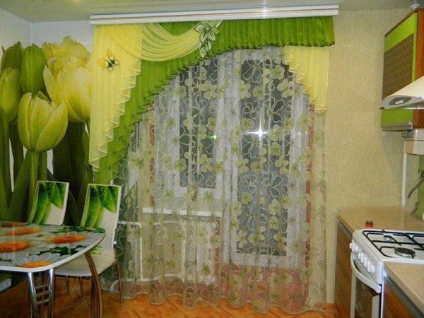 фото: многослойные шторы на кухню с балконной дверью