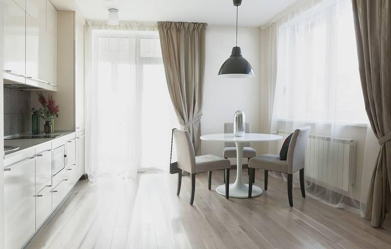 Белая кухня со светлыми шторами