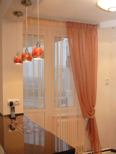 Вариант штор на кухне с балконным блоком
