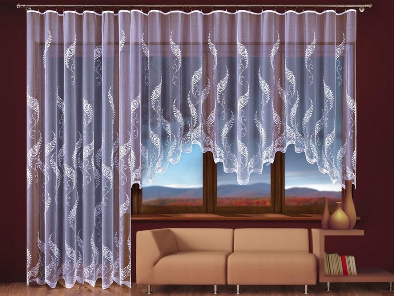 Достоинства и недостатки тюля для окна с балконной дверью