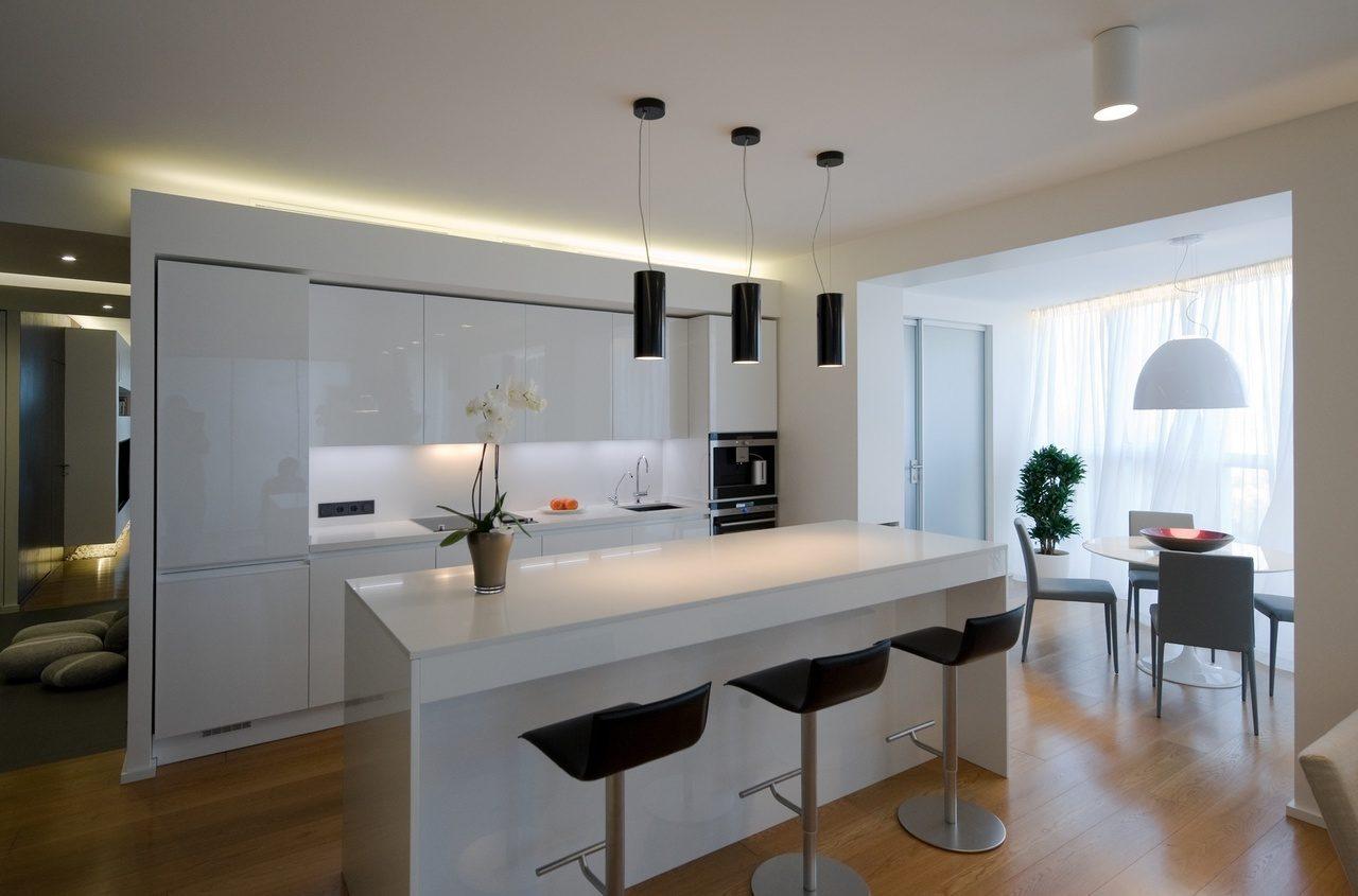 Кухня с балконом в стиле минимализм